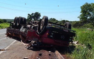 Caminhão capota e motorista morre na BR-163