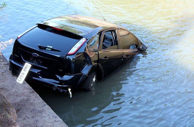 Jovem embriagado perde o controle de veículo e cai no Córrego Prosa