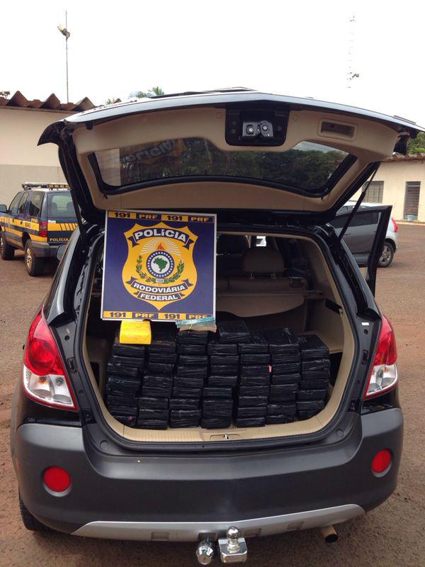 Veículo com placa de Ribeirão Preto (SP) é flagrado com 65 kg de cocaína