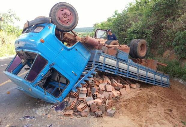 Caminhão carregado de materiais de construção tomba na 163