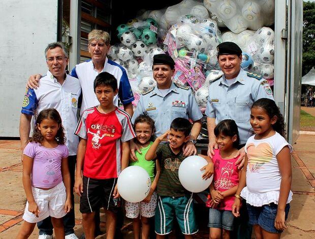 Crianças recebem brinquedos na Praça do Rádio em Campo Grande