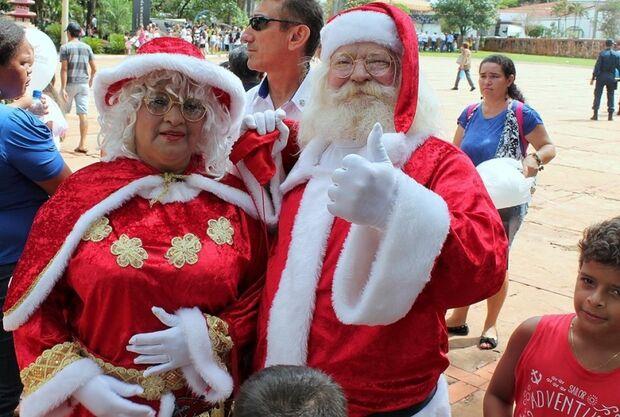 Papai Noel faz alegria das crianças na Praça do Rádio