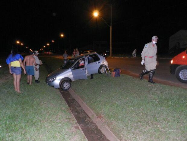 Veículo cai em barranco após motorista não conseguir manobrar