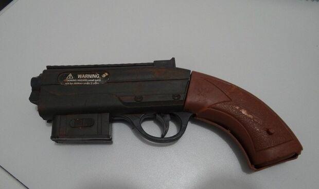 Ladrão 'atrapalhado' perde arma de brinquedo durante assalto