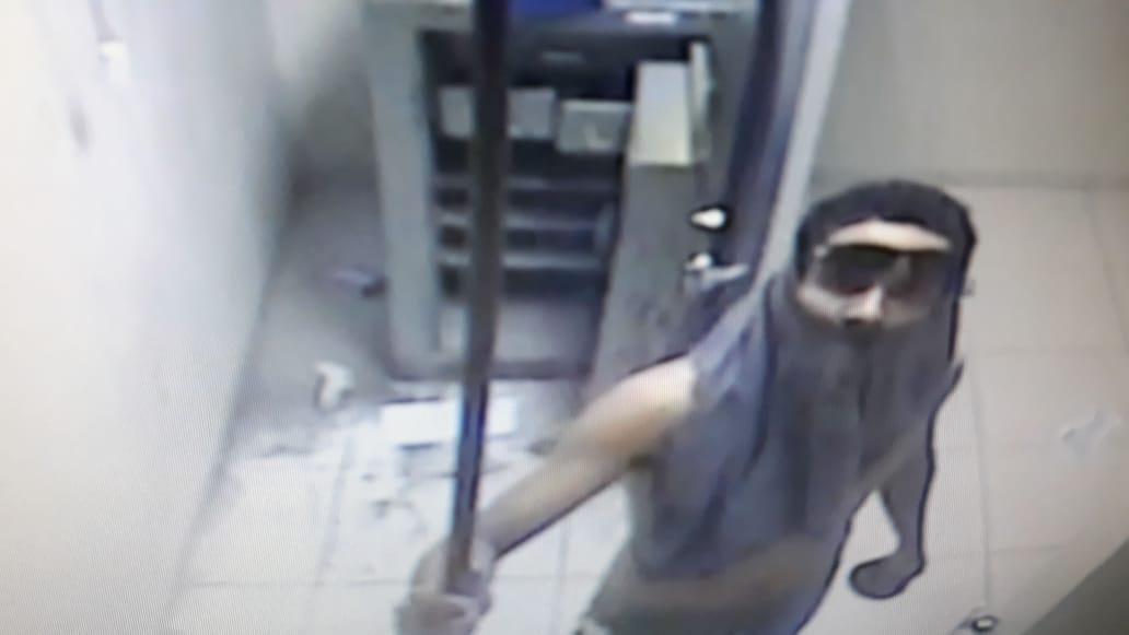 Criminoso flagrado dentro de agência dos Correios. (Foto: SAA - Jornal da Nova)