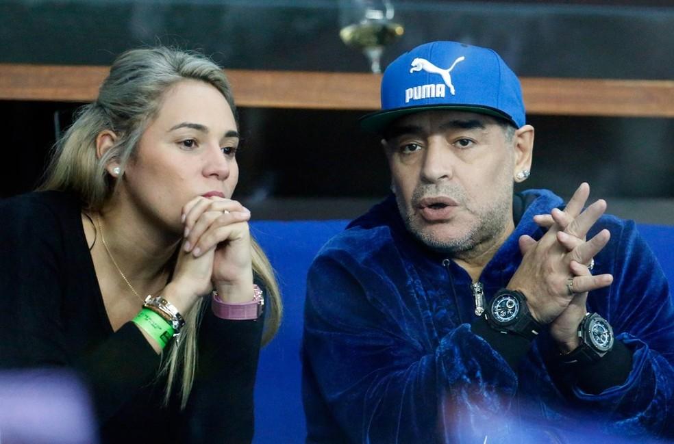 Maradona com sua companheira, Rocio Oliva, durante jogo da Copa Davis