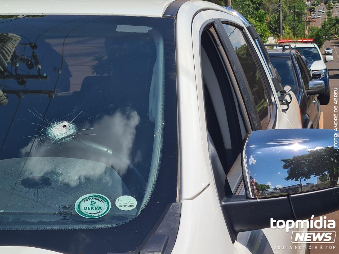 Tiro disparado por assaltantes acertou o vidro dianteiro do motorista.