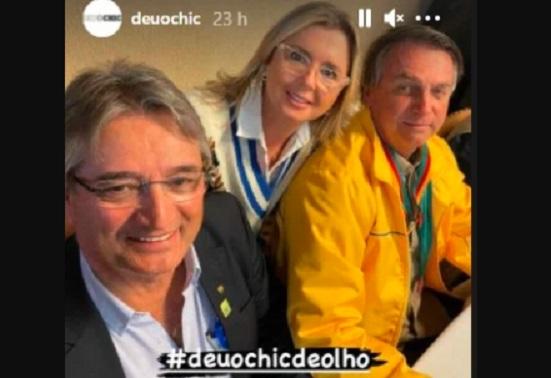 Bolsonaro tira foto com pais da noiva de Carluxo