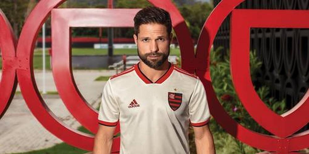 Flamengo divulga novo segundo uniforme na cor branca  estreia será ... 377651f5343b4