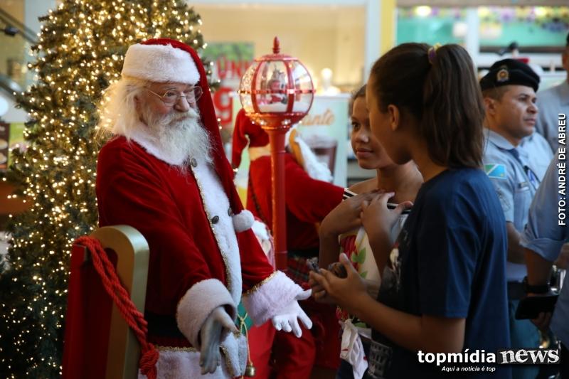5563674b680b Garotinho abraça Papai Noel achando que Bom Velhinho daria uma ...