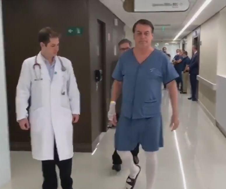 Resultado de imagem para Bolsonaro faz caminhada pelo corredor do hospital